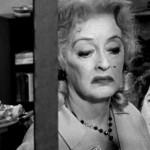 Film agghiacciante interpretato da un'immensa Bette Davis; oltre a scavare in maniera incredibile nelle manie e nella follia delle protagoniste, è una critica ferocissima alle varie Shirley Temple passate e future.