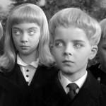 Film del 1960 dove gli abitanti di un villaggio inglese improvvisamente perdono i sensi per qualche minuto contemporaneamente. Quando si svegliano tutte le donne del villaggio scoprono di essere inspiegabilmente in stato interessante. I bimbi concepiti da uno spirito santo forse alieno, nascono, crescono e…