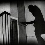 Capolavoro di Murnau che riusciamo ad apprezzare ancora oggi nonostante la condanna a distruggere tutte le copie del film dopo che il regista perse una causa con gli eredi di Stoker per violazione del diritto d'autore. Murnau ne conservò una copia grazie al cielo