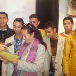 Clelia Marano con alcuni ragazzi immigrati