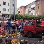 ambulanti lanciano frutta