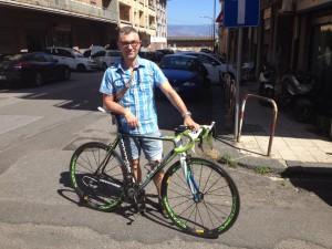 Alberto Lanza con la bicicletta con cui Nibali ha vinto la Vuelta del 2010