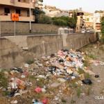 21 agosto 2014 Zafferia, i rifiuti invadono il torrente a ridosso di villa Cianciafara (3)