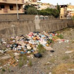 21 agosto 2014 Zafferia, i rifiuti invadono il torrente a ridosso di villa Cianciafara (4)