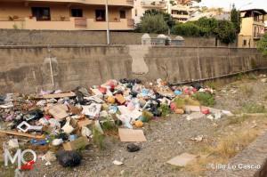 21 agosto 2014 Zafferia, i rifiuti invadono il torrente a ridosso di villa Cianciafara (5)