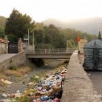 A sinistra, Villa Cianciafara; al centro, il torrente colmo di rifiuti; a destra, la via Comunale