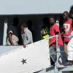 27 agosto 2013 Sbarco migranti al porto di Messina (20)