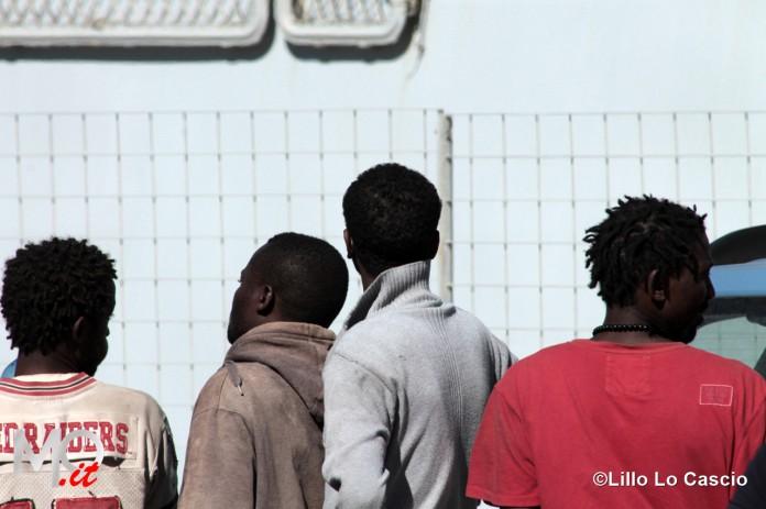 Migranti in un albergo, barricate da cittadini e sindaco