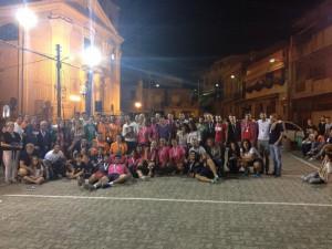 Foto di gruppo scattata dopo la premiazione finale, con staff e giocatori