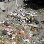 1 settembre 2014 rifiuti e suppellettili invadono il torrente Zafferia,  rischio idrogeologico  ed inquinamento ambientale (1)