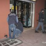 La polizia effettua i rilievi davanti all'enoteca