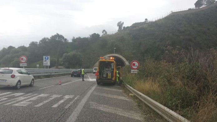 Tir si ribalta sulla A18, autostrada chiusa verso Messina