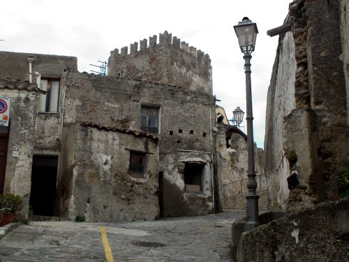 Truffa e riciclaggio a Medievalia, in sette a giudizio