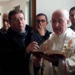 Padre Mario Aiello benedice la struttura