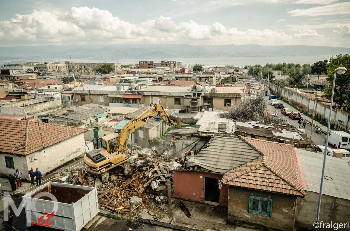 Rione taormina la rivoluzione della demolizione via le prime 5 baracche - Casa della moquette messina ...