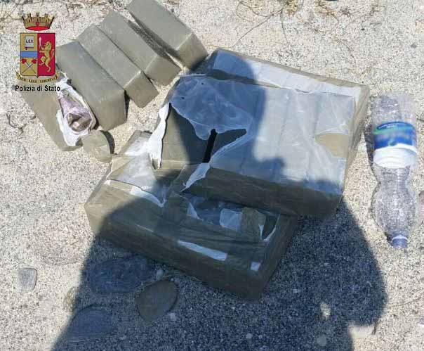 Trovati 23 kg marijuana in spiaggia: scoperta da poliziotto che faceva jogging