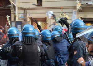 Un momento degli scontri durante la manifestazione contro la presenza di Matteo Renzi alla Festa dell'Unità alla villa Bellini di Catania. Due giovani sono stati fermati dalla polizia, 11 settembre 2016. ANSA/ORIETTA SCARDINO