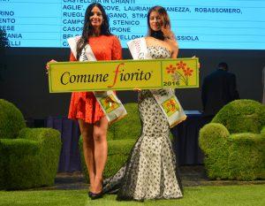 Le Miss Comuni Fioriti con il cartello dei tre fiori