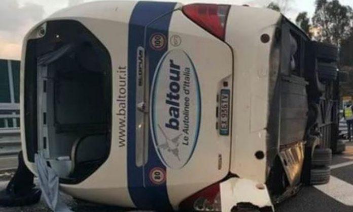 Pullman si ribalta sull'A2 in Calabria, 15 feriti