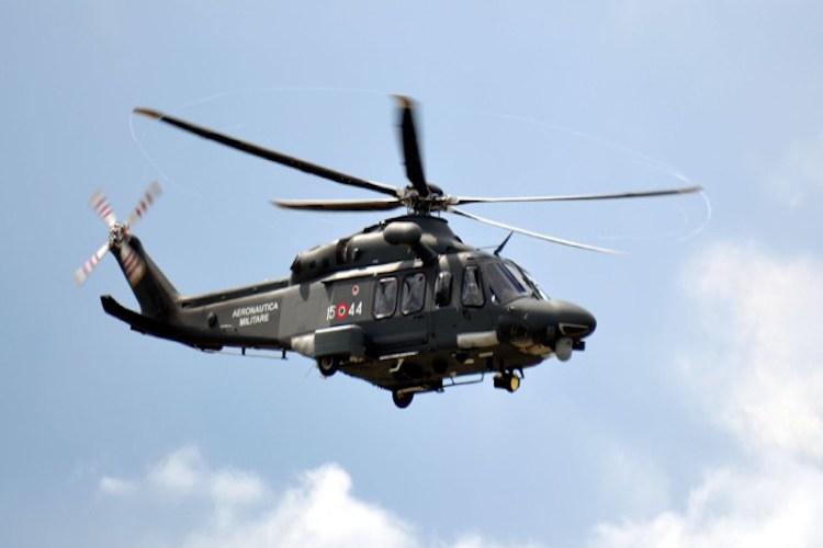 Elicottero Militare : Panarea elicottero militare soccorre una anziana