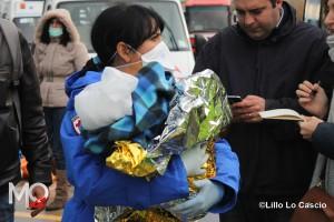 Sbarco migranti 26 dicembre 2014 Salvatore con la dottoressa che lo ha sceso dalla nave